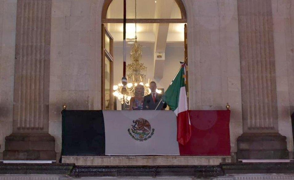 Rinde Alejandro Murat homenaje al personal médico en el tradicional Grito de Independencia