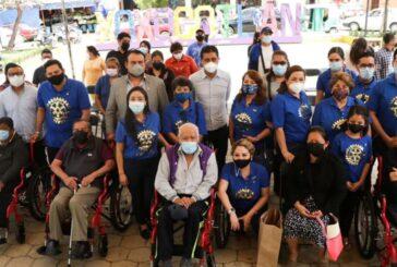 Entregan silla de ruedas a personas con discapacidad en Xoxocotlán