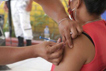 Vacunan a adultos de 40 a 49 años contra la COVID-19 en Xoxocotlán