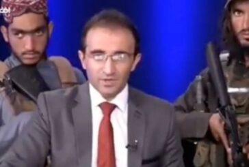 ¡De miedo! Conductor de TV da discurso a afganos con talibanes armados a su alrededor