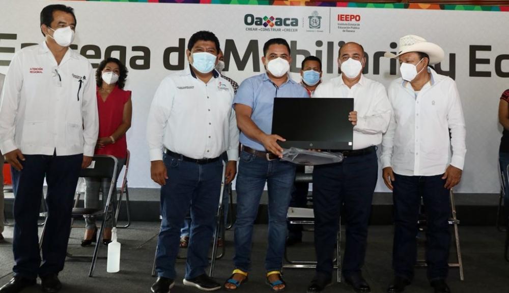 Equipa IEEPO con mobiliario nuevo a 189 escuelas de nivel básico de la región Cuenca