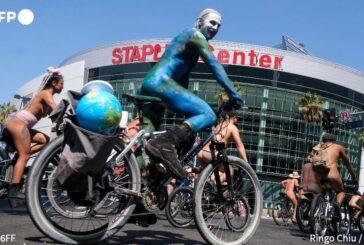 Ciclistas sin ropa se manifiestan en Los Ángeles contra la dependencia del Petróleo